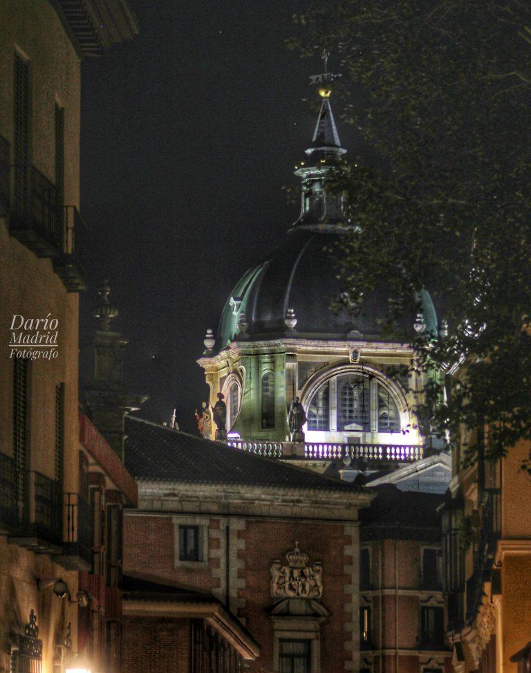 Catedral de la Almudena desde la calle Sacramento de Madrid