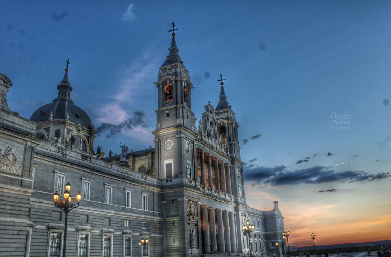 La Catedral de la Almudena de Madrid en el ocaso
