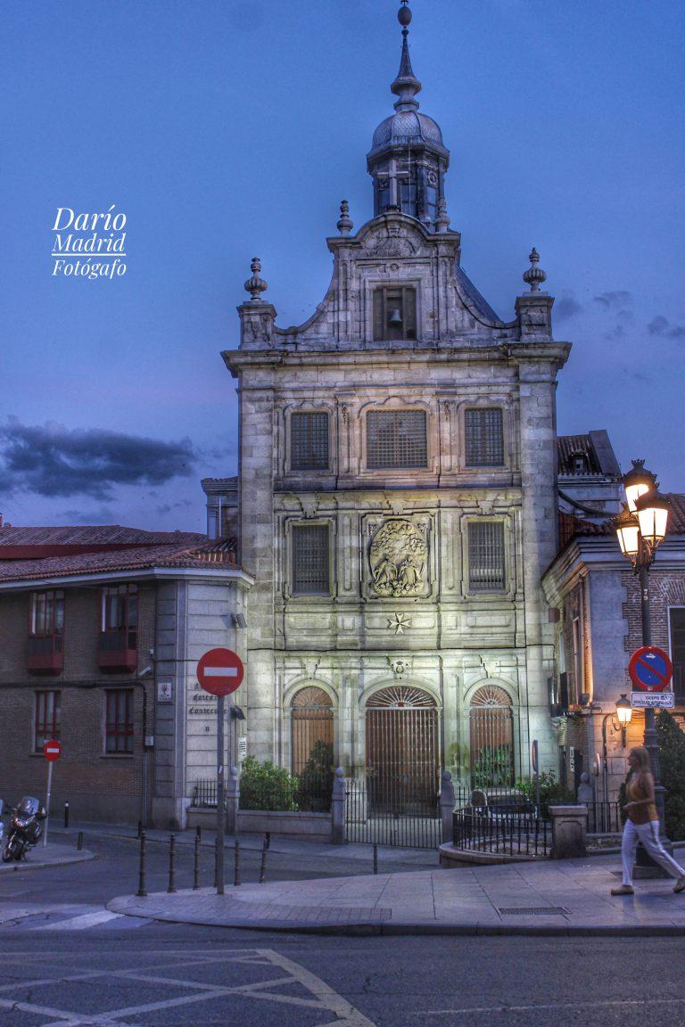 Nocturno de la Catedral Castrense de las Fuerzas Armadas de España en la calle Mayor de Madrid