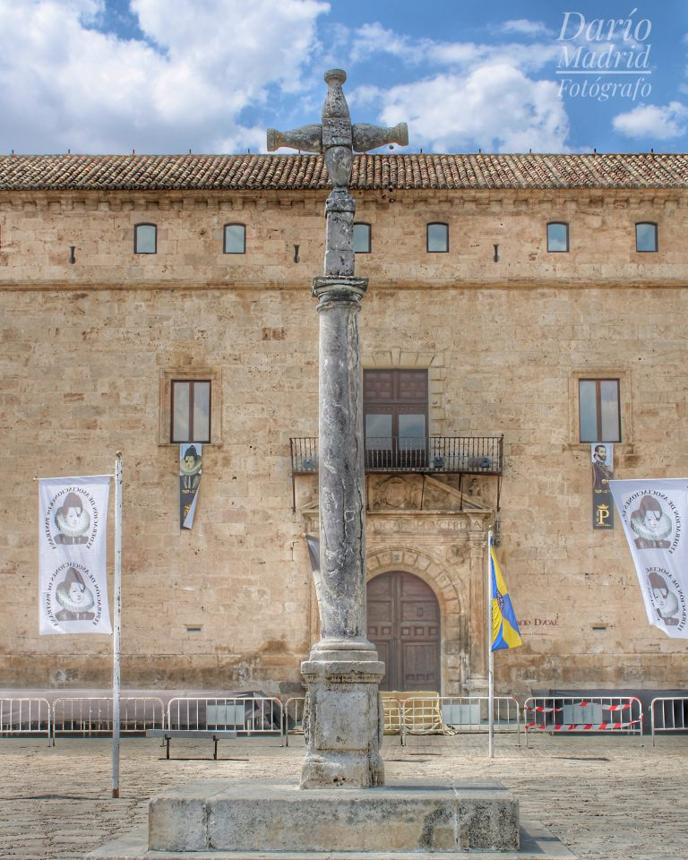 Picota o Rollo frente al Palacio Ducal de Pastrana