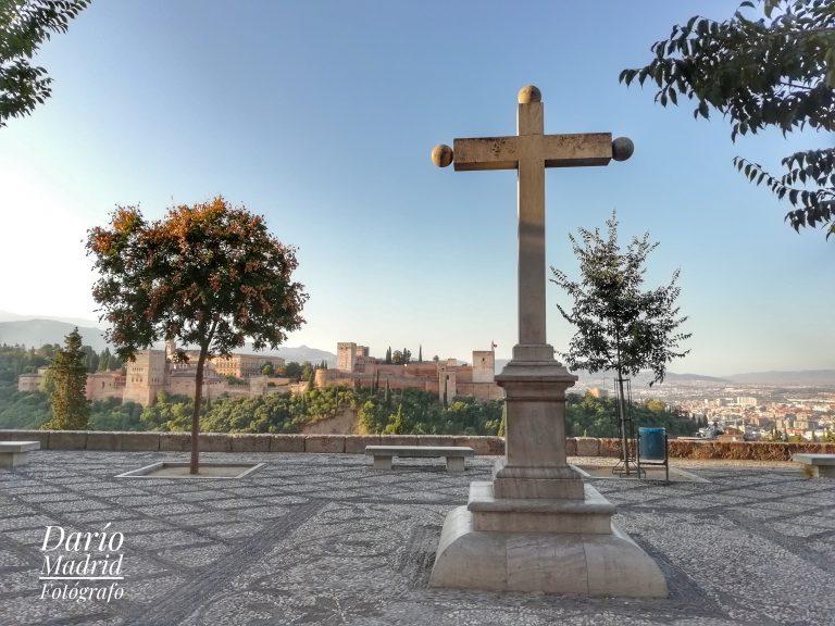 La Cruz y la Alhambra en el Balcón de San Nicolás en el Albaicín de Granada