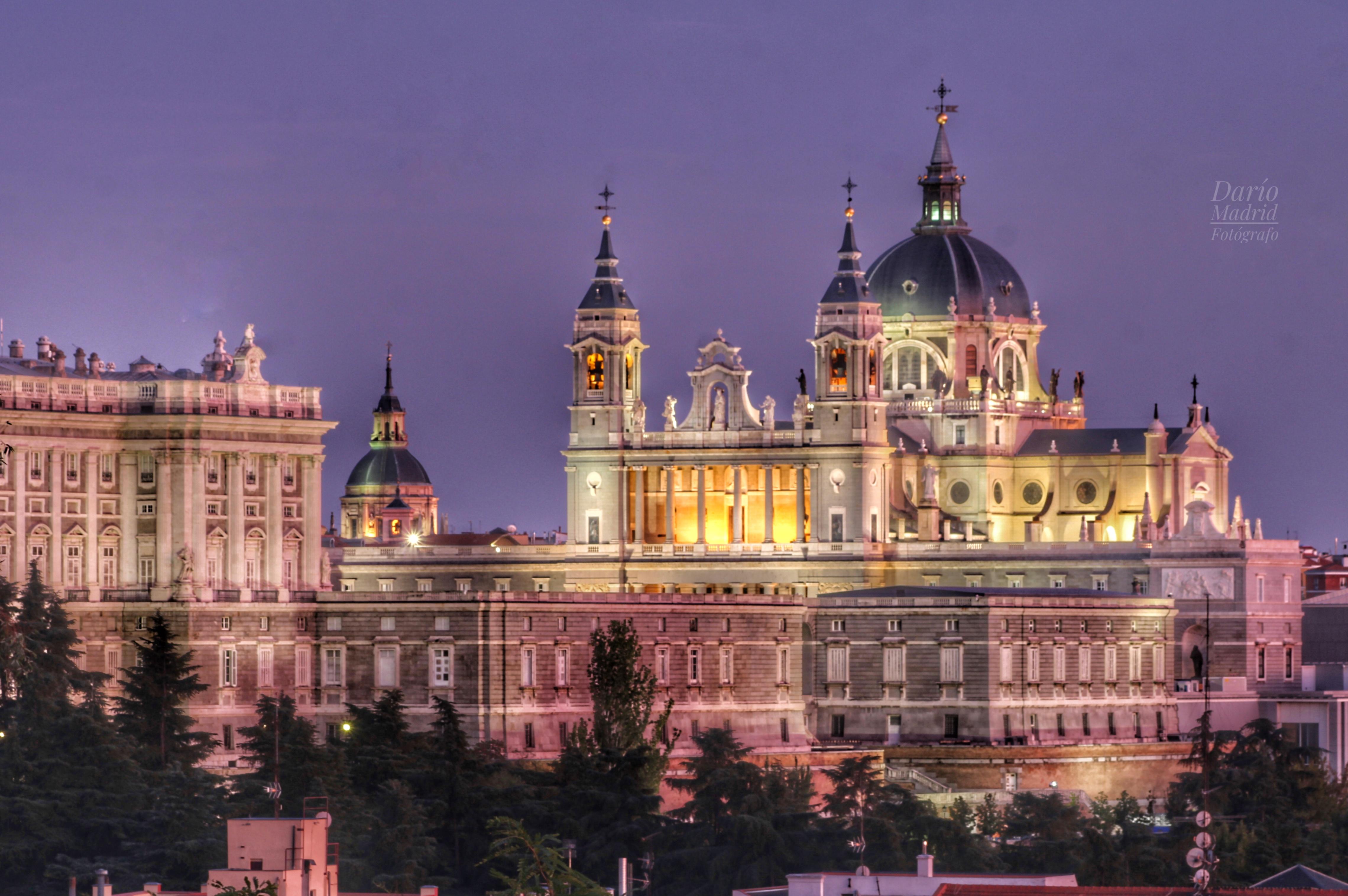 La Catedral de la Almudena de Madrid al Anochecer