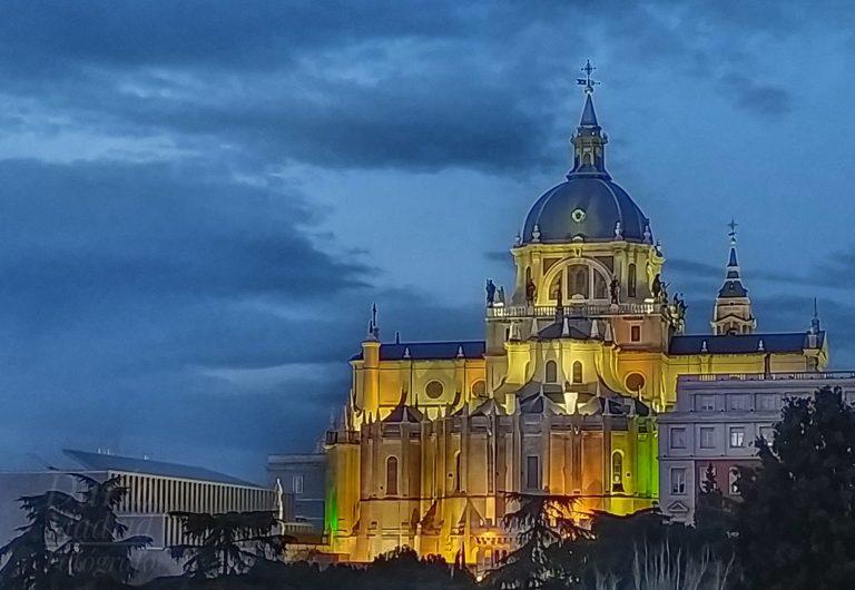 La Catedral de la Almudena de Madrid desde las Vistillas al Anochecer