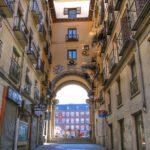 La Calle 7 de Julio, una bocacalle de la Plaza Mayor de Madrid testigo de un intento de golpe de estado del rey «Felón».
